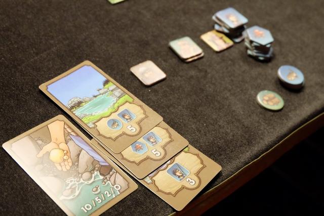 Les éléments de Leila, une fois la partie achevée, alors qu'elle n'a pas réussi à m'empêcher de passer devant elle sur les cartes d'or (crucial à deux joueurs). Au niveau de ses tuiles, c'est hyper monocolore...