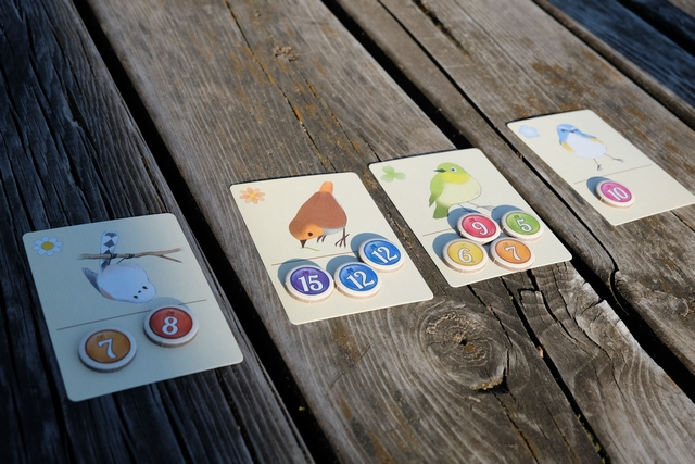 Et les valeurs de chaque couleur d'oiseau, avec un total de 39 PV pour les orange, très très loin des 15 PV des blancs, des 27 PV des verts et des 10 PV des bleus. Je m'en mords les doigts, encore, que, par inexpérience, j'ai incité Leila à garder son 7 orange en glanant 15 PV avec ma carte n°1. Quelle erreur ! En tout cas, le jeu est joli, plaisant, taquin, voire méchant et on le réessaiera assurément...