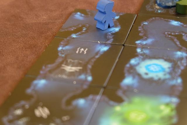 Yohel se retrouve en bas d'une corniche avec son spéléo bleu, sans avoir le droit de remonter sans y placer une corde.