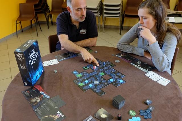 La pile de tuiles a considérablement baissé mais les cartes aussi, malgré notre niveau choisi de débutants... Va-t-on s'en sortir vivants ?