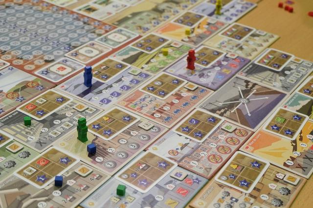Fin de premier tour de jeu. En ce qui me concerne, j'ai posé trois cubes verts (assistants) sur les lieux suivants : usine de soie, banque et port, puis ai placé mon personnage sur la banque pour en réaliser l'action avec une force de 2 (mon personnage + mon cube = 2). Cela veut dire que j'ai pris 2 Yen dans la banque, comme indiqué sur ce lieu (ils fonctionnent pratiquement tous de la même manière). A noter qu'avec une force de 4, j'aurais pu en plus y construire un magasin, et avec une force de 5, j'aurais pu y placer une maison de commerce en plus du bonus qui s'y trouvait.