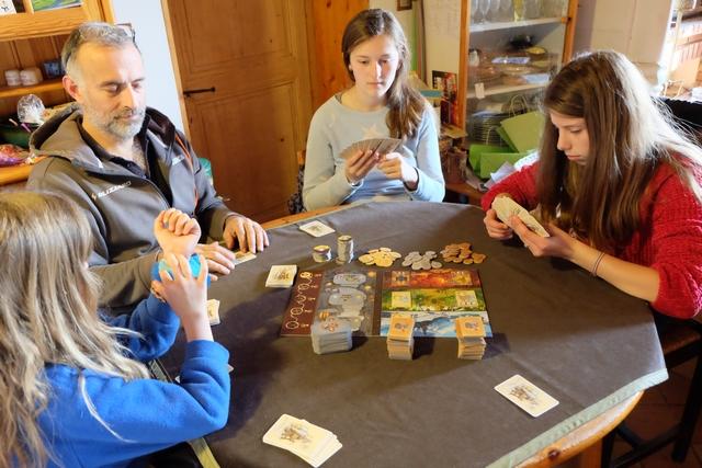 Nous jouons donc à 5 joueurs, avec Leila, Yohel, Lila, Maya et moi-même, pour une partie qui restera mémorable par sa bonne ambiance.