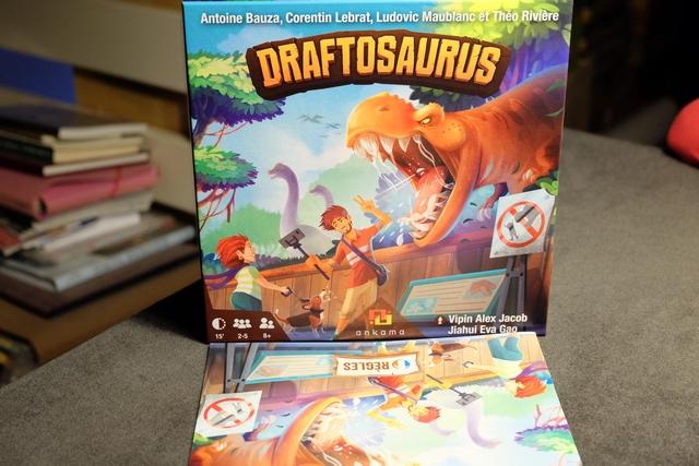 L'un des nouveaux jeux, qui avaient fait le buzz au salon du FIJ de Cannes au printemps 2019, était ce très joli Draftosaurus, avec un stand digne des studios hollywoodiens... La boîte, arrivée récemment à la maison, va donc être découverte ce jour, avec Leila. Sera-t-il aussi bon que l'emballage est beau ?