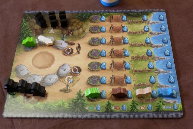 Chaque joueur, représentant un clan des indiens Cree, dispose d'un plateau individuel sur lequel il positionne 3 indiens en haut à gauche, son Wigdam (lieu où les indiens dorment), et 5 en-dessous, sur la place du village (plus que 3 puisque 2 ont été placés sur le paysage et les pistes de vision). Il stocke également les ressources qu'il récupère, à droite, sauf les plumes qui se placent dans n'importe quelle colonne. Enfin, à gauche, s'il préfère, il peut poser des ressources sur les pierres d'offrandes. On y reviendra également.