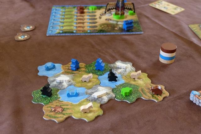 Vue du paysage après le double décompte des chevaux, lesquels ont été défaussés par chacun de nous et les trois territoires de plaines re-remplis.