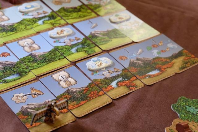 Et les cartes de l'automne nous attendent de pied ferme... Fabrice commence à couiner en voyant que la dernière carte, celle du dernier décompte, va le contraindre à défausser une ressource de chaque colonne, avant qu'elles soient toutes décomptées. Je m'éviterai ce souci-là puisque mon indien présent sur la piste du chaman va arriver, sous peu, sur la dernière case...