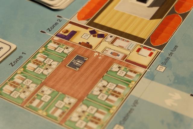 Petite vue de la suite de luxe n°13 et des cabines VIP n°1 à 12, juste à côté, où logent les 12 suspects qui peuvent avoir joué un rôle dans ce meurtre...