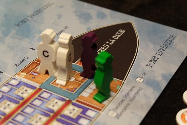 Nous voilà donc arrivés dans la zone 9, en compagnie de Charles et Georges, Julie interprétant l'enquêteur violet et moi le vert. Que peut-on faire avec nos 3 points d'actions (PA) ? En se référant à la règle revue et corrigée de la boîte d'extension, applicable dans le jeu de base obligatoirement, on peut résumer les possibilités ainsi : déplacer son enquêteur ou le commissaire de bord d'une zone (1 PA),racheter une bouée (1 PA), enquêter (en public en lisant à haute-voix : 1PA, en privé en lisant pour soi : 2 PA), soutirer une information à un enquêteur (2 PA). Règle très simple, fluide et sans anicroche, ça c'est un très très bon point !
