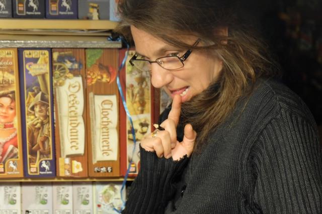 Julie soupèse ses informations / interrogations / réflexions... Elle a diablement intérêt à se dépêcher !!! ;-)