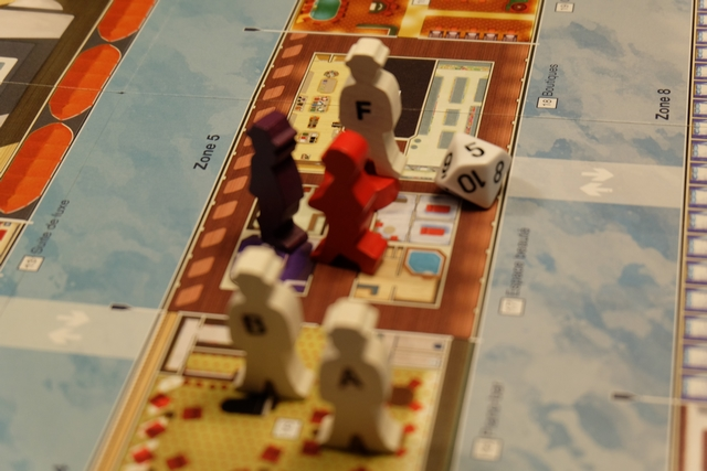 Le commissaire du navire vient rejoindre Julie dans la zone n°5. Moi, perso, je m'en fous : je commence à avoir de sacrées convictions et je compte bien me rendre, au plus vite, dans le grand salon...