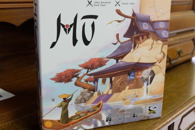 La boîte de Mü n'est pas très conventionnelle, avec beaucoup de zones blanches et des tons assez pastels. Mais elle donne envie de le découvrir...