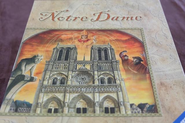 La couv' de Notre Dame avec un troublant ciel rougeoyant ! Impressionnant...