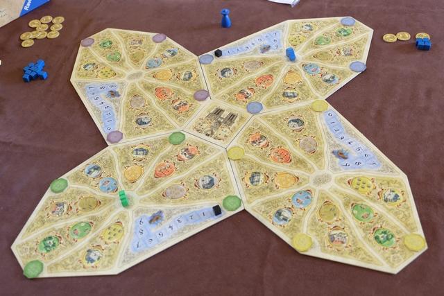 Comme nous sommes deux à jouer, le plateau sera installé comme pour quatre, avec un côté spécifiquement pour deux pour la cathédrale. Fabrice joue les pions bleus et moi les verts, tandis que nous avons installé, quand même, les messages violets et jaunes, en accord avec la règle.