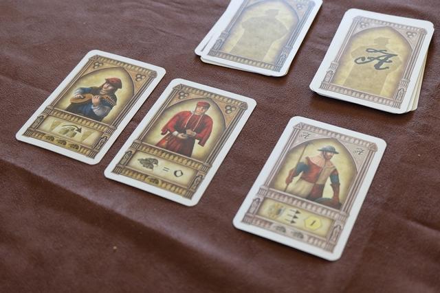 Les trois cartes du premier tour de la première manche, avec un évêque très opportun au vu du nombre de rats qu'on allait devoir contrer sinon (6 dessinés en bas des cartes). Encore faut-il bien penser à conserver une précieuse pièce d'or pour en payer le coût...