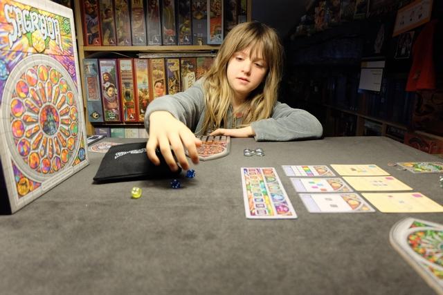 En début de chaque manche, le premier joueur pioche deux fois le nombre de joueurs + 1 (soient 5 dés à deux joueurs) et les lancent. Le rôle de premier joueur tourne en sens horaire. Une fois les dés lancés, c'est limpide, à la manière d'un Azul...