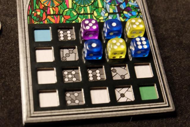 Action 1 : j'ai posé le dé bleu de valeur 6 à l'extrême droite.