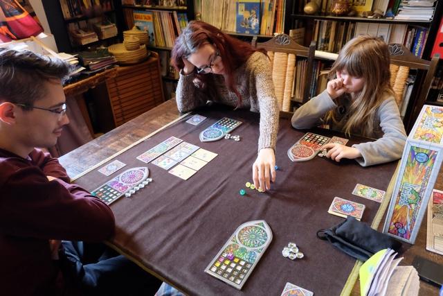Joris et Maitena devraient bien accrocher à ce jeu, eux qui avaient beaucoup aimé Azul dans l'été. En tout cas, ça se présente bien...