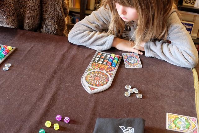 Leila se prend la tête... Maitena a d'ailleurs fait remarquer que le jeu est faussement simple et qu'il faut bien cogiter.