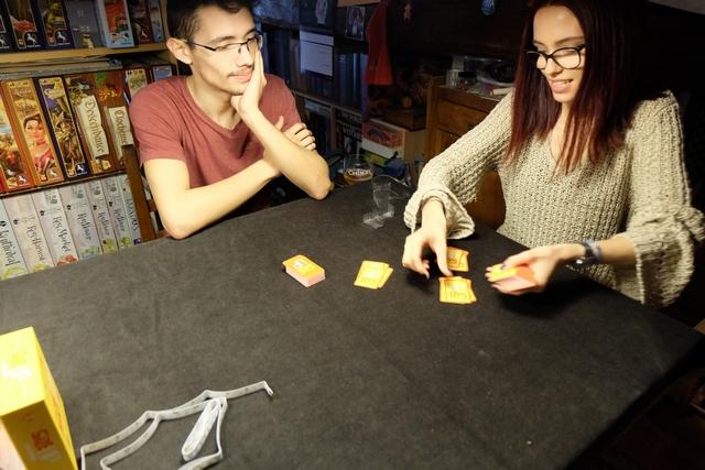Partie jouée à 3 joueurs : Joris, Maitena et moi-même. Un jeu d'ambiance qui fleure bon le jeu bien rigolo, sans se prendre la tête...