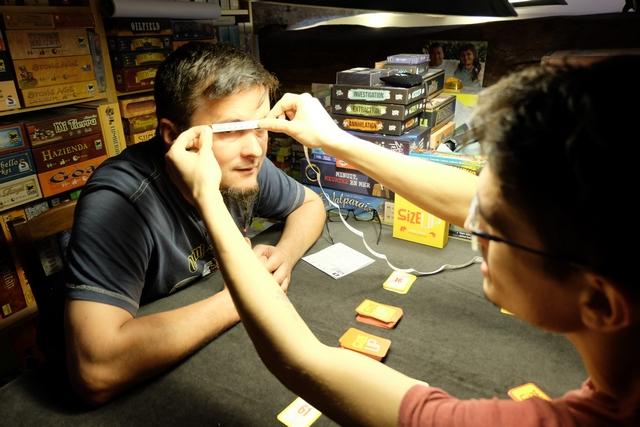 Ou encore la longueur d'un sourcil ! A noter que le joueur qui a le défi ne peut pas se prendre comme base de mesure...