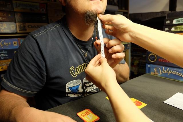 Y'en a même qui veulent me mesurer la barbe !!! Verdict : 140 mm de barbe. Bouhhhh je me goure. ;-)