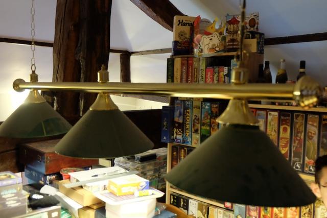 Pour finir, je propose la longueur de ma barre de lampes de billard au-dessus de la table de jeu. Après la hauteur d'une boîte de jeu, facilement maîtrisée par votre serviteur, je pensais, à nouveau, faire le beau. Mais, euh, comment dire, je me vautre !!! :-(
