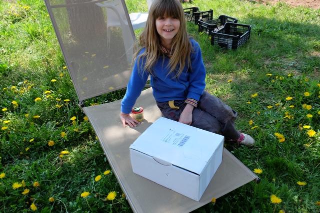 Aujourd'hui c'est paquet surprise !!! Ça devrait lui plaire à la petite miss... Ouverture du paquet dans la petite vidéo suivant, découverte du contenu en temps réel pour Leila.
