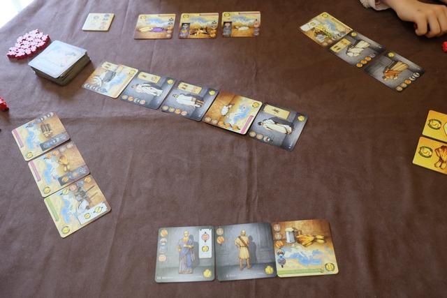 Voici donc la situation initiale de cette partie, avec 3 cartes étalées devant chaque joueur (Lila, Yohel, leila et moi) et l'étalage central de 5 cartes parmi lesquelles faire notre choix une fois un objectif réalisé. Il y a du sénateur ma foi !!! ;-)