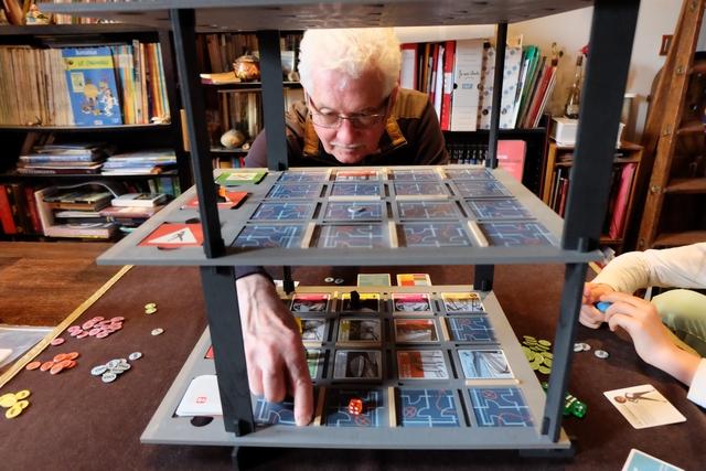 """Gérard a l'air d'apprécier ce jeu qui lui rappelle, par son thème son jeu """"Gendarmes et Voleurs"""" des années 60..."""