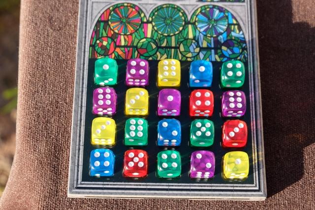 Voici mon vitrail complet, avec seulement 4 dés jaunes, pour un total de 13 points. Pas neutre, comme vous le verrez...