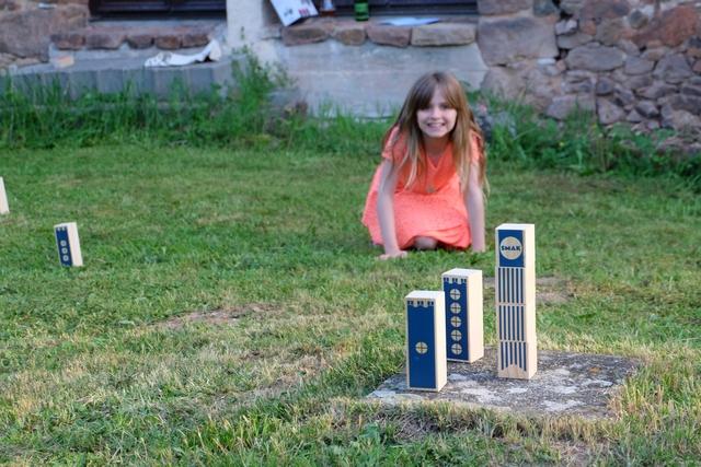 Leila est toute contente parce que, elle aussi, a réussi à empocher une quille rouge de valeur 5...