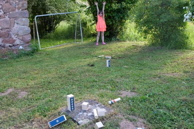 Incroyable fille !!! Elle a réussi ses 3 lancers : son bâton de défense a atteint la tour centrale et ses deux bâtons d'attaque ont fait tomber une quille de valeur 5 et une quille de valeur 1 ! J'ai un peu la pression, moi, avec mon lancer de défense à venir...