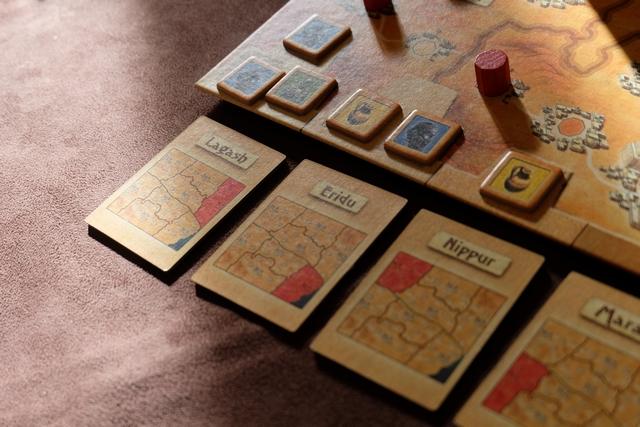 Expliquons les gains : dans la région de Lagash, le joueur majoritaire (nombre, puis capitale, puis cité, puis village) prend deux tuiles de trésors, le deuxième une ; dans la région d'Eridu, le joueur majoritaire en prend une le deuxième ensuite, et , dans la région de Nippur, seul le joueur majoritaire prend la tuile proposée. Le but du jeu, le seul d'ailleurs, est de collecter des séries identiques. Du coup, il ne faut pas tergiverser et axer ses choix sur deux ou trois trésors si possible.