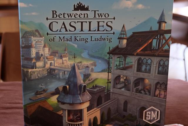 Entre deux châteaux du roi fou Ludwig (presque moi !), ça donne à penser au niveau thématique... pour une fois ! En effet, on va construire un château avec chacun de ses voisins avec le but de le rendre le plus rentable possible. Et oui, car on ne marquera que le score du plus faible des deux !!!