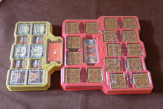 Le matériel de jeu est rangé impeccablement : deux boitiers de thermoformage avec couvercle en plastique transparent. Le rouge contient les tuiles standards, le jaune les spéciales.