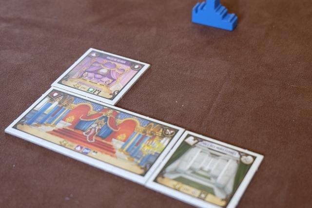 Voici une vue de mon château bleu, partagé avec Jean-Luc, une fois placées nos deux tuiles : une salle de vie au-dessus du trône et un corridor à côté du trône. Tout est affaire de combos dans ce jeu...