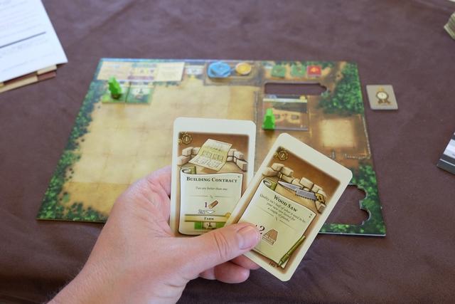 Au premier tour, je prends l'option d'aller récupérer deux cartes de développement. Les voici. Tout en construisant un entrepôt toujours utile...