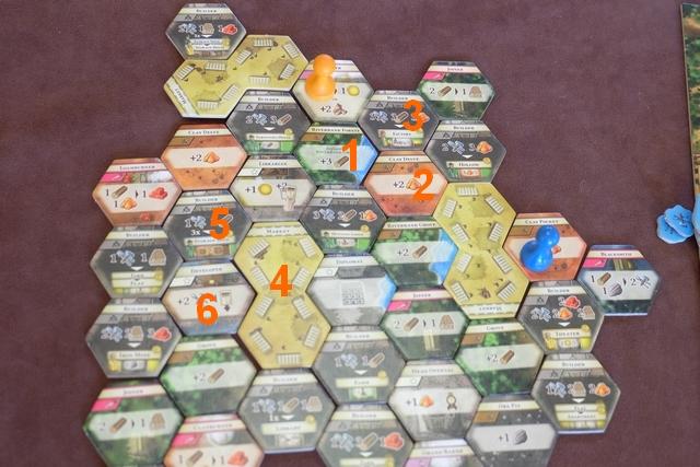 Petite explicitation de mes 6 derniers tours : - 1 : D'abord j'irai sur la rivière, non pas pour prendre 3 bois mais pour prendre 1 argile grâce à mon niveau 1 sur la colonie de Lord Colony, - 2 : Ensuite, j'irai récupérer 2 argiles, - 3 : Enfin, je construirai une Factory. - 4 : Je me téléporterai ensuite au marché en première action de la saison d'hiver, - 5 : Je construirai un entrepôt de stockage pour les 2 PV qu'il représente, - 6 : Je jouerai une carte de développement qui me rapporte un citadin jaune dans sa maison de vacances, puis l'emploierai dans la Factory construite à l'action 3... Et avec tout ça, ça devrait me faire pas mal de points points...