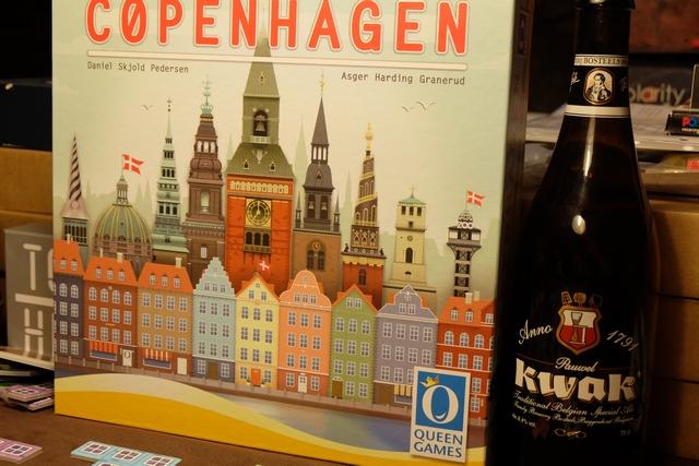 Paraît-il on est à Copenhague ! En tout cas, dans mes souvenirs, il n'y avait pas tous ces bâtiments colorés avec des façades pastelles monocolores. Mais les souvenirs sont ce qu'ils sont... Et la Kwak est là, elle... ;-)