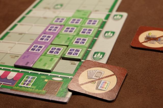 Petite illustration de l'utilisation de la tuile qui permet de ne pas tenir compte de la couleur des cartes jouées... On notera, aussi, qu'en cas de connexion d'une nouvelle tuile à une déjà posée de même couleur, on perd une carte de moins. Toujours utile, non ?