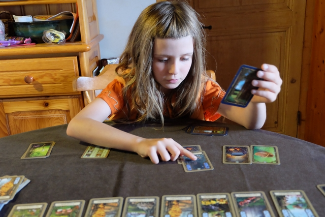 Leila réalise sa première recette, elle qui s'est aussi équipée d'un panier, lui autorisant une main de cartes un peu plus grosse (+ 2 cartes, donc 10 au lieu de 8)...