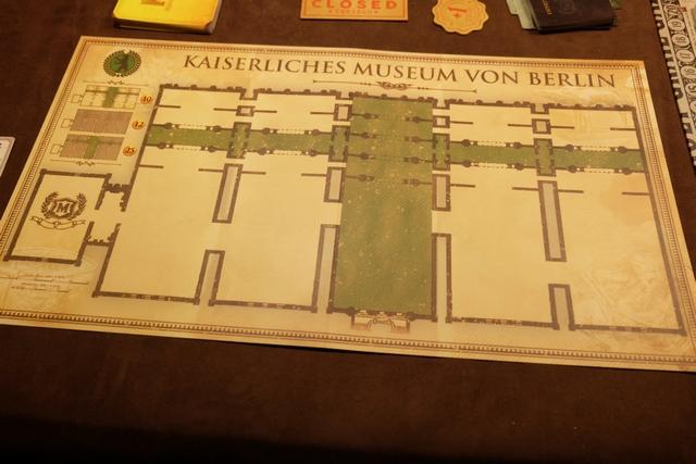 Dans ce jeu, chaque joueur essaie de proposer dans son musée les pièces archéologiques ou historiques les plus belles, en les disposant judicieusement dans les salles de son musée. Julie gérera le musée de Londres, Leila celui de Paris et moi-même celui de Berlin. Les couleurs de fond des salles incitent à positionner des cartes de la même civilisation ou du même domaine afin d'engranger, en fin de partie, des bonus de PV (indiqués en haut à gauche : 10, 12 ou 25).