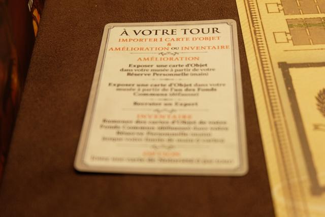 Une carte de résumé du tour de jeu permet de bien comprendre l'enchaînement des actions du joueur actif : importation d'une nouvelle carte prise sur un des quatre continents (les autres joueurs peuvent en prendre une également, mais cela offre 1 jeton de prestige au joueur actif), puis amélioration de son musée (pose de cartes d'objets ou recrutement d'experts) ou inventaire (récupération des cartes défaussées par le joueur à concurrence d'une main de 7 cartes maximum).