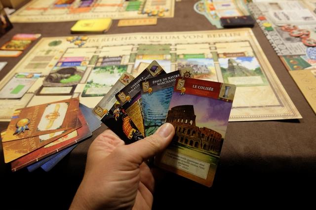Lors des phases d'exploration (la mienne et celles des autres joueuses), j'essaie de collecter de grosses cartes de chefs d'œuvres (5 points + 1 jeton de prestige). Ci-dessus, je m'apprête à poser pas moins de 4 cartes de chefs d'œuvres pour un total de 20 PV + 4 jetons de prestige !!!