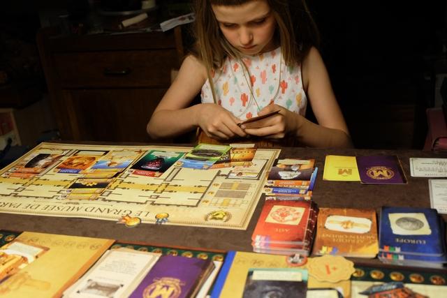 Au tour de Leila de nous impressionner avec ses poses de cartes, souvent égyptiennes...
