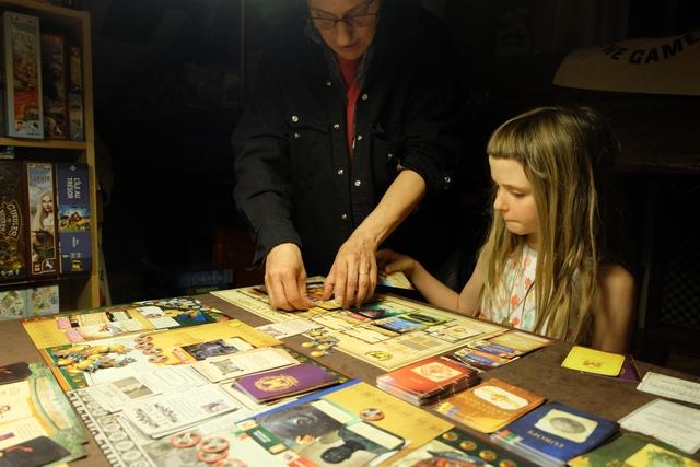 La réorganisation des objets dans son musée est une sacrée paire de manches !!! Julie est obligée d'aller aider Leila afin que les objets soient reliés entre eux de manière optimale. Ensuite, on va procéder au grand décompte : cartes de civilisations reliées, cartes de domaines reliées, les jetons de prestige restants, les PV liés à son mécène, les bonus de salles et les malus liés à l'opinion publique...
