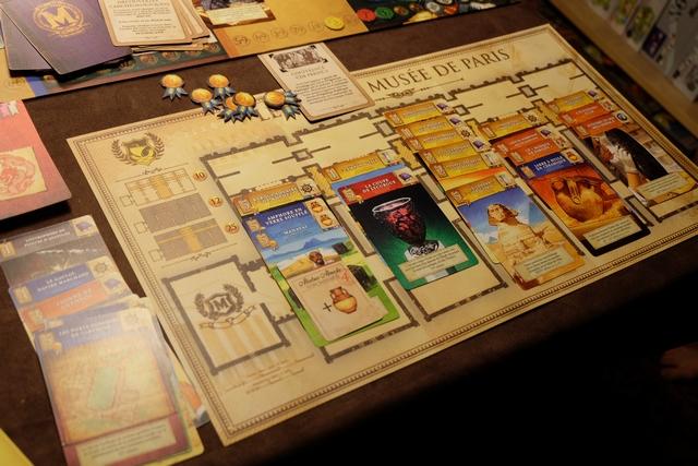 Le Musée de Paris, géré par Leila, est extrêmement riche en collections égyptiennes (il y a même le Sphinx de Gizeh, c'est dire !!!). Elle totalise pas moins de 10 cartes jaunes, reliées, avec le bonus de 10 PV en plus : chapeau ! Par contre, Leila a eu du mal à optimiser ses domaines, peut-être un peu sa limite pour le moment (elle n'a que 8 ans et 1/2, je le rappelle)...