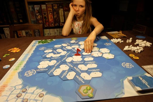 Installation du jeu, magnifique, par Mademoiselle Leila, la reine du jeu coopératif à présent et qui rêve d'aller sauver les ours blancs sur la banquise qui fond...