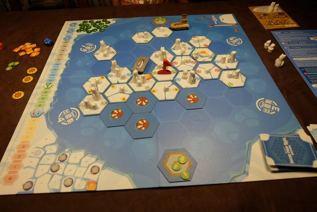 Nous avons joué notre premier tour, tous les deux, et voici à quoi ressemble alors le plateau, avant que j'attaque mon deuxième tour... A noter qu'à 2 joueurs, on ne devra récupérer que 15 jetons de Data au lieu de 20.