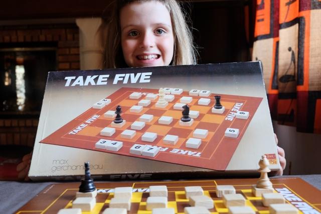 Leila est ravie de découvrir ce vieux jeu improbable, à base déplacement de pièces d'échecs et de plaques numérotées cachées...
